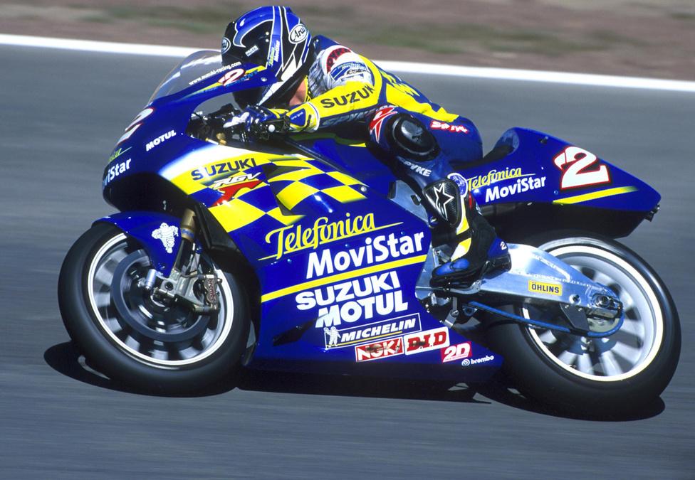 Ismét egy jelentős versenysiker. 2000-ben Kenny Roberts Jr. állhatott a dobogó legfelső fokára az 500-asoknál, megelőzve bizonyos Valentino Rossit. A képen Roberts egy RGV500-as versenygépen ülve látható, de neki is volt némi köze a GSX-R-ekhez. Aktívan részt vett a GSV-R fejlesztésében, amely a GSX-RR elődjének tekinthető.