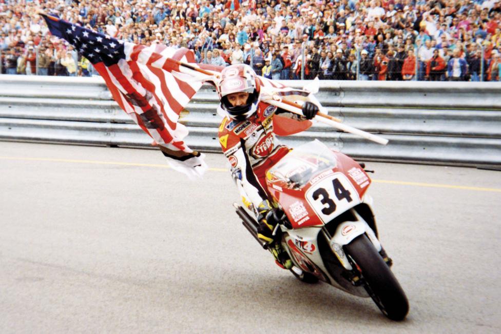 Kakukktojás. Kevin Schwantz egy RGV500 nyergében. De miért is került ez a képe a Gixxerek harmincéves történetéről készült összeállításba? Az amerikai motoros nagyon fontos láncszem volt a japán gyártó versenytörténelmében. Az amerikai Superbike-bajnokságban is komoly eredményeket ért el a GSX-R-ekkel. 1993-ban a gyorsaságimotoros-világbajnokság ötszáz köbcentis kategóriájának bajnoka lett az RGV500-assal.