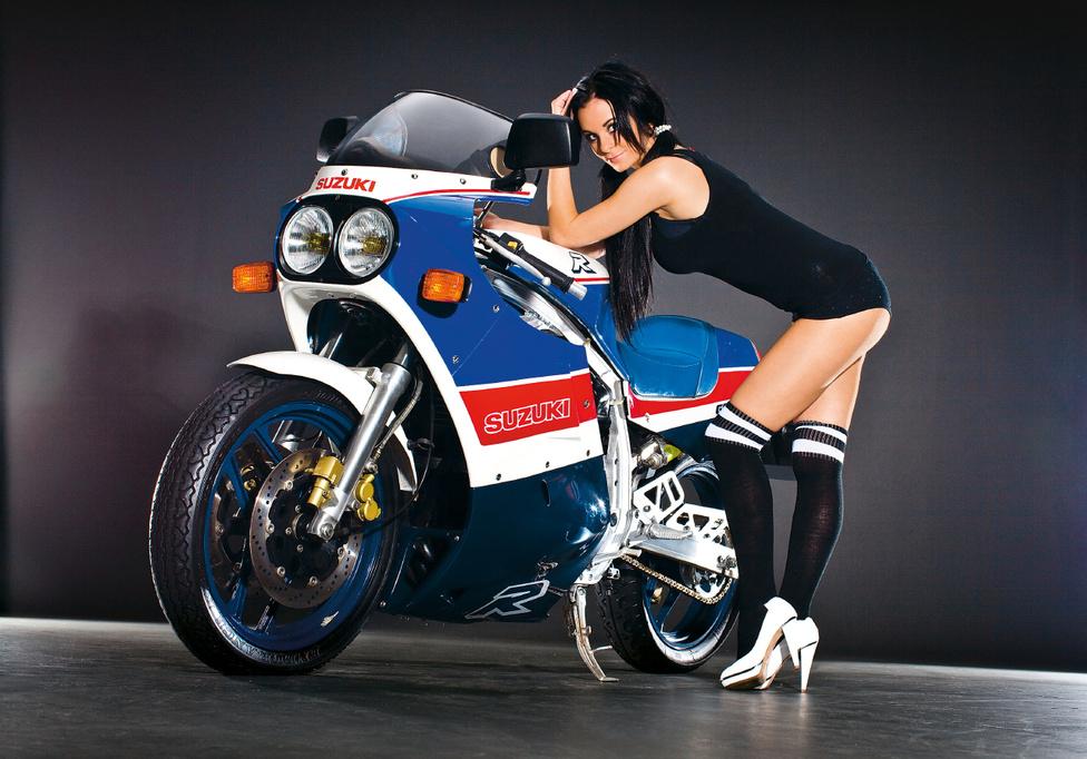 """Bár ma a Gixxer szó hallatán elsősorban ezres sportmotorra gondolunk, az első GSX-R 750 köbcentis volt. Az 1984-es Kölni Motorkiállításon mutatták be, forgalmazni pedig 1985-ben kezdték. Egyik vezető tervezője, Chiaki Hirata szerint a gép megtestesíti azt, hogy mit jelent mérnöknek lenni. Úgy fogalmazott: """"ezzel a Suzuki elérte a lehetetlent""""."""