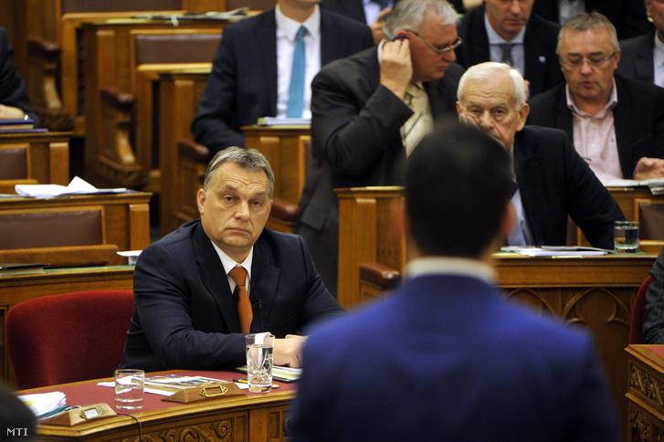 Orbán Viktor miniszterelnök Vona Gábornak a Jobbik elnök-frakcióvezetőjének azonnali kérdését hallgatja az Országgyűlés plenáris ülésén 2015. december 15-én.