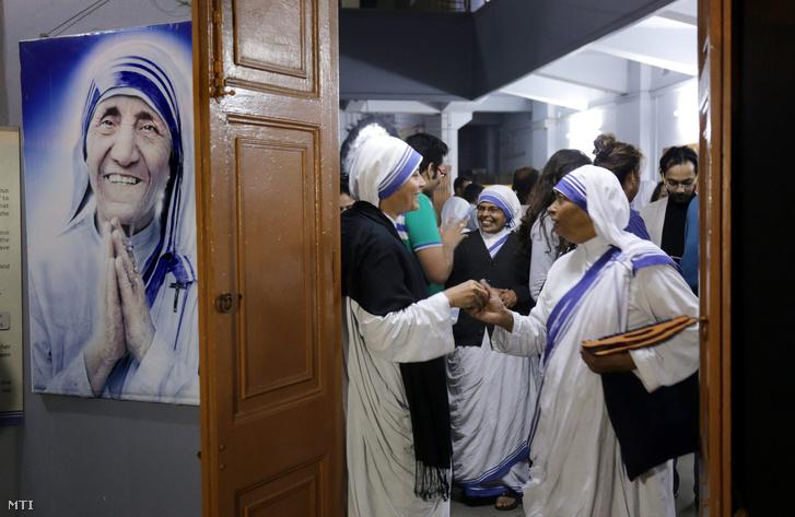 Apácák és látogatók búcsúzkodnak az albán származású Nobel-békedíjas szerzetesnő kalkuttai Teréz anya által alapított Szeretet Misszionáriusai rendház imatermében tartott közös imádságuk után a kelet-indiai Kolkatában 2015. december 18-án.