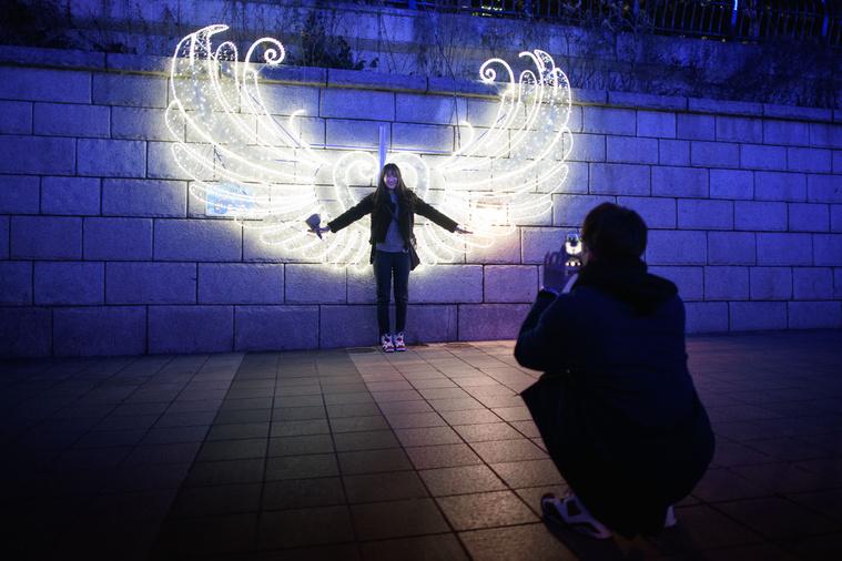 Szöulban egy fényinstallációval bárki angyallá változhat.