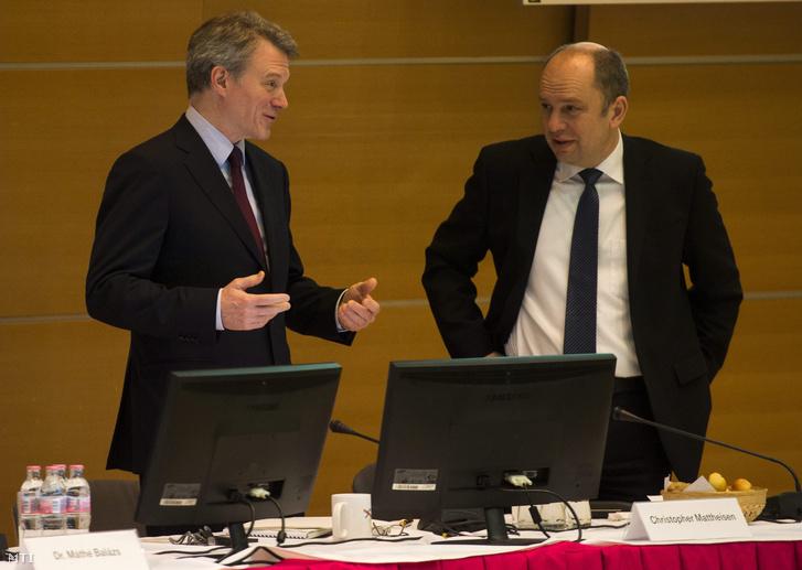 Christopher Mattheisen elnök-vezérigazgató (b) és Szabó János gazdasági vezérigazgató-helyettes a Magyar Telekom Nyrt. éves rendes közgyűlésén a Magyar Telekom I. kerületi székházában 2013. április 12-én.