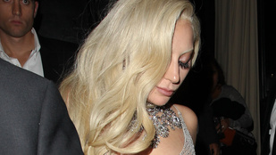 Lady Gaga átlátszó ruhát vett, aztán a kezével próbálta magát takargatni