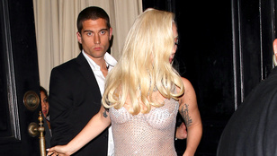 Ön szerint Lady Gaga visel bugyit a ruhája alatt?