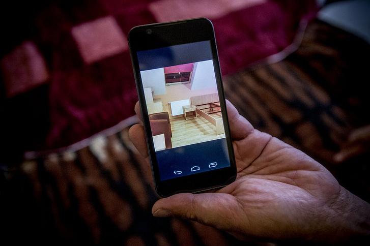János épp a készülő új szobáját mutatja a telefonján