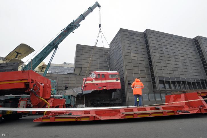 Az M61 004 torzójának elszállítása a Közlekedési Múzeum elől, 2015. december 17-én.
