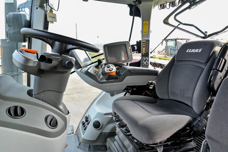 A kárpitozott ülés minden irányban állítható, a vezető súlyának megfelelően rugózik, komfortját felhajtható baloldali kartámasz fokozza