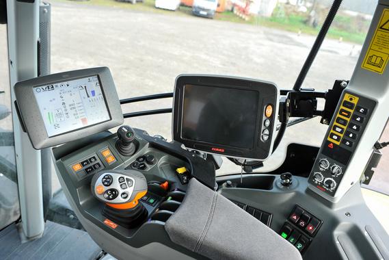 Kartámasz, joystick és a CEBIS tájékoztató-kezelőrendszer, illetve a GPS képernyője