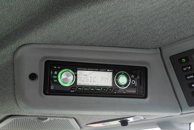 A tetőkárpitban kapott helyet a rádió előlapja, a halk motor mellett lehet élvezni a zenét