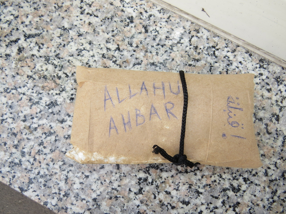 """A gyilkos hónaljstiftMájusban Pécsett, egy buszmegállóban hatalmas riadalmat keltett, amikor egy busz nyitott ajtaján keresztül bedobott valaki egy papírba csomagolt, """"Allahu Ahbar"""" feliratú csomagot az utastérbe.A csomagot egy hősies utas levitte a buszról, majd a csomagot feldobó társaságához tartozó fiatalt visszatartott a rendőrök kiérkezéséig. A rendőrök egy hónaljstiftet találtak benne. Kiderült, hogy 15 és 16 éves, szakközépiskolás fiúk találták ki ezt a tréfát, aminek a térségben ritkán látott rendőrségi készültség lett a vége. """"Hét rendőrautó sorakozott fel, olyan volt, mint egy akciófilm"""" - mondta egy szemtanú."""