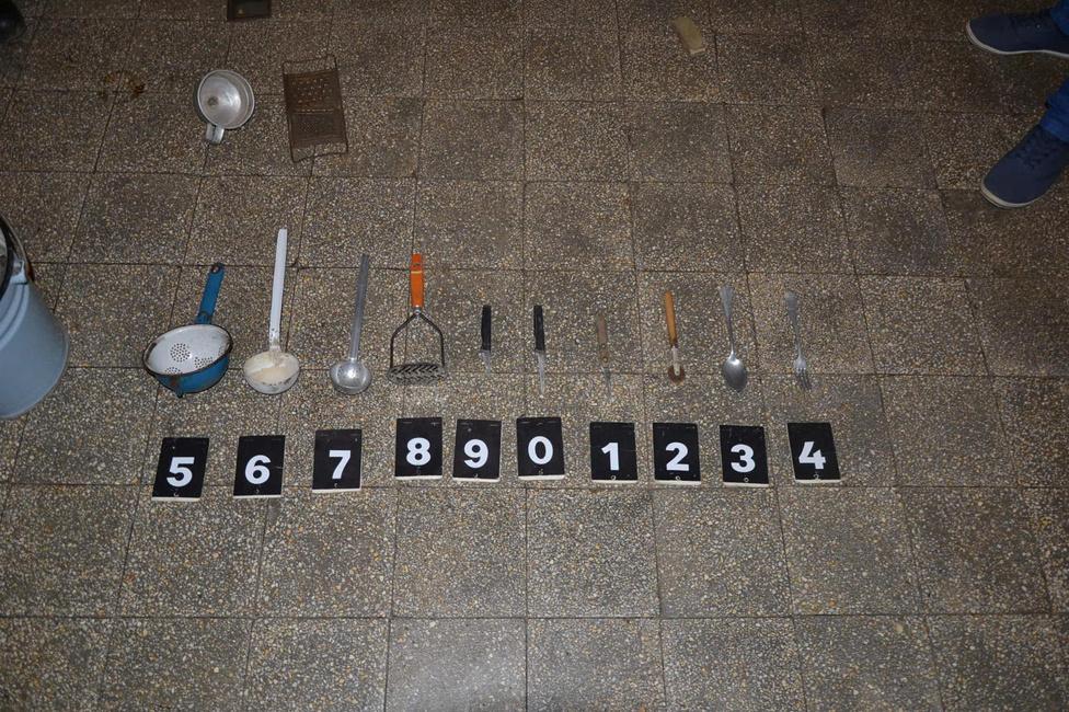 Azt a kiskésitEgy férfi és élettársa július 22-én éjjel behatolt egy somogyaracsi lakóházba, és onnan televíziót, tányér-, és pohárkészletet, szentképeket, és egyéb más apróbb tárgyakat lopott el.A rendőrök elfogták a 29 éves O.J.-t és a 18 éves P.E.-t, a nyomozók pedig az általuk ellopott tárgyakat a házkutatás alkalmával megtalálták és lefoglalták. Akkor készült ez az igen nevetséges fotó.