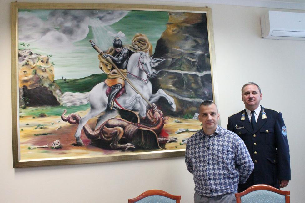Csodás képet festett a rendőröknek a börtönbenNégy éve ült a tiszalöki börtönben az a rab, aki megfestette a Sárkányölő Szent Györgyöt egy 1,5x2 méteres vászonra, amit aztán a Szabolcs-Szatmár-Bereg megyei rendőr-főkapitányság egyik tárgyalótermében állítottak ki.  Farkas Sándor három hónap alatt napi 4–5 órát dolgozott a festményen, és a könyvtárban komoly kutatómunkát végzett, hogy megismerje Szent György életét. Az alkotó képein misztikus jeleneteket ábrázol, visszatérő momentum a jó és a rossz küzdelme.