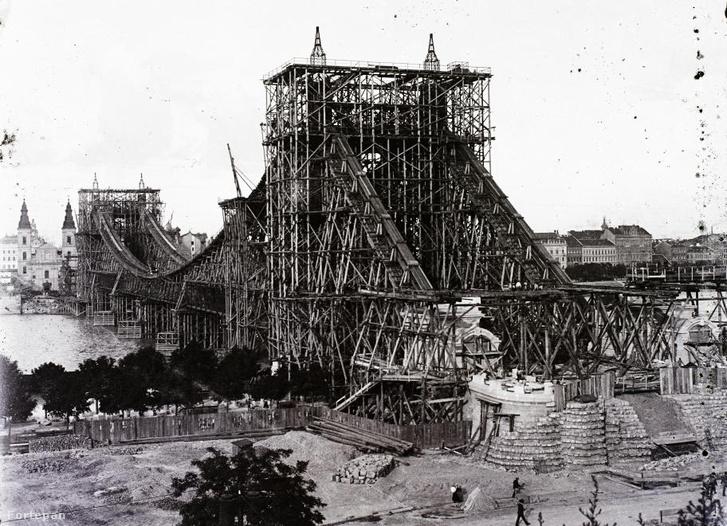 """Az """"egyes számú"""" Erzsébet híd építése 1901-ben."""