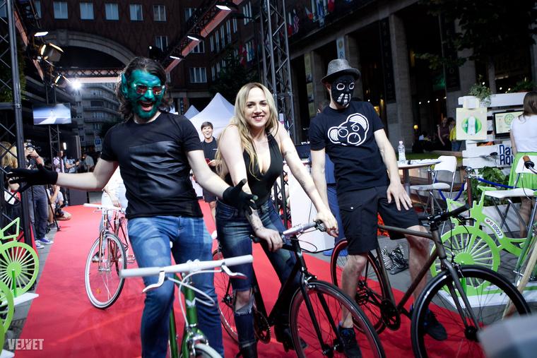 Tóth Gabi a biciklis divatbemutatón