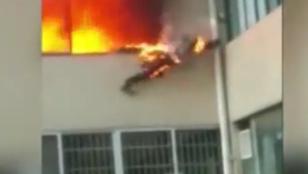 Lángoló ruhában, az emeletről kiugorva mentette életét a tűzoltó