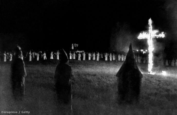 Ku Klux Klan gyűlés és keresztégetés a Tennessee állambeli Pulaski nevű kisvárosban, 1976. május 31-én.