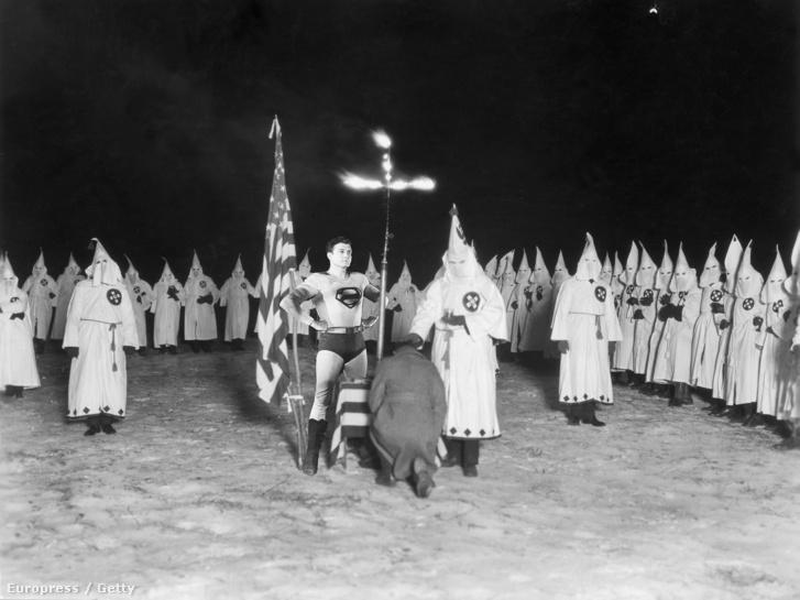 Klu Klux Klán avatási ceremónia 1920-ban.