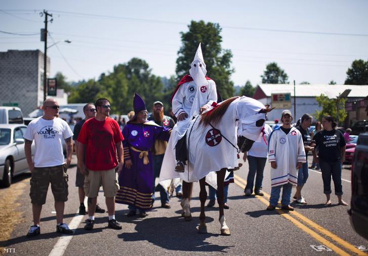 A Ku Klux Klan Virgil Fehér Lovagjai nevű helyi szervezetének tagjai és támogatói vonulnak a Virginia állambeli Dungannon utcáin 2011. július 2-án.Virginia állam területén az utóbbi időben a Ku Klux Klan három helyi szervezete bukkant újra fel összejöveteleket keresztégetéseket tartva és új tagokat toborozva.