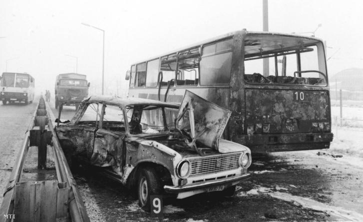A Ferihegyi gyorsforgalmi úton történt merényletben kiégett busz és a robbantáshoz használt gépkocsi.