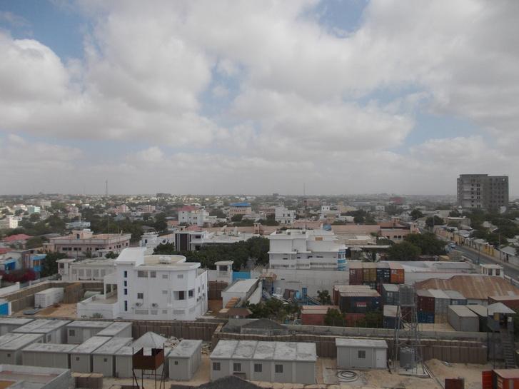 Mogadishu a Hotel Jazeera tetejéről – az új épületek formájában jól láthatóak az elmúlt évekfejlődésének eredményei