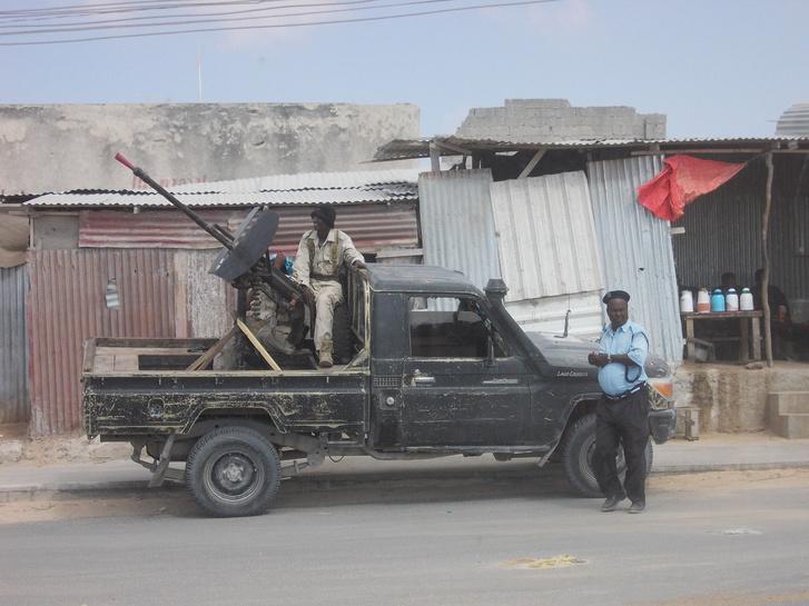 A szomáli katonák és rendőrök a MIA felé vezető úton