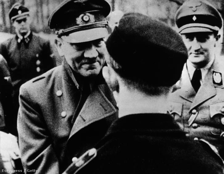Az utolsó fotó Hitlerről, 1945. márciusában bunkerét elhagyva a Hitlerjugend tagjait tünteti ki