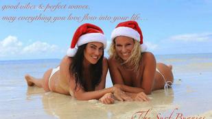 Bódi Sylvi egyszál bugyiban, homokban fekve kíván boldog karácsonyt