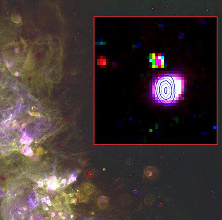 A nagy képen a Kis Magellán-felhő egy része látható a 0,6 méteres Curtis Schmidt teleszkóp (University of Michigan/CTIO) felvételén. A piros négyzet a JD 04 katalógusjelű szuper planetáris ködöt jelöli, míg a kinagyított inzertben az Australia Telescope Compact Array mérései alapján a terület rádiókontúrjai is láthatók.