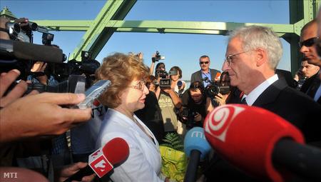 Hortai Éva, Révkomárom alpolgármestere üdvözli Sólyom László köztársasági elnököt a Komárom és Révkomárom közötti Duna-híd közepén