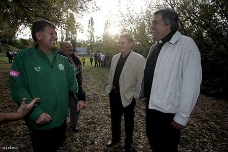 Családi Fradi-délutánon  2006-ban Gellei Imre  edzővel az erdőben találkozik László atya