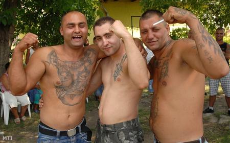 Szabó Adorján (középen) testvérével (balra) és barátjával ünnepel