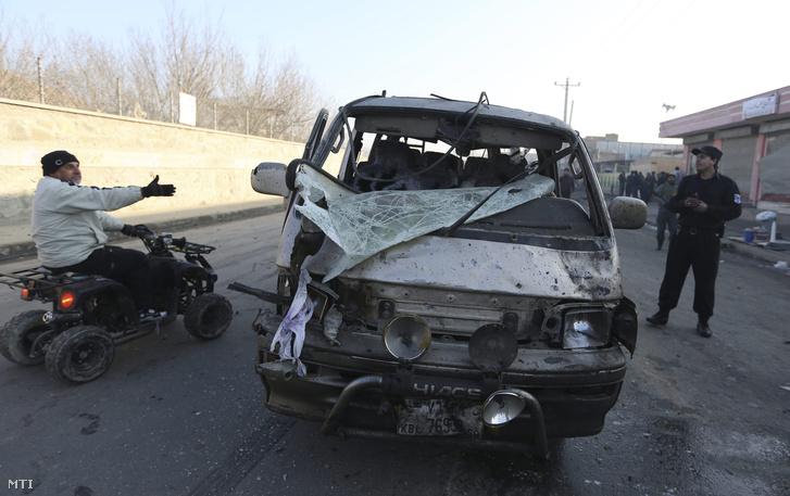 Egy megrongálódott autó a kabuli repülőtér bejárata közelében ahol egy öngyilkos merénylő felrobbantotta gépkocsiját a NATO katonai konvoja mellett 2015. december 28-án.