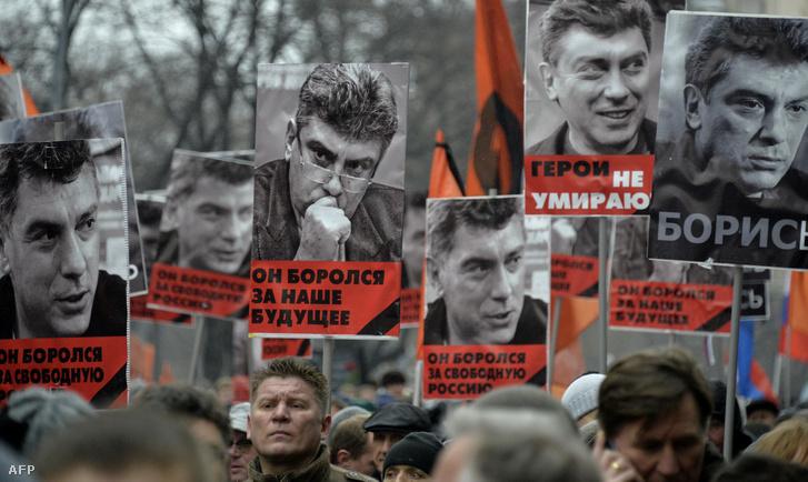 Gyászmenet lett a március 1-re tervezett ellenzéki tüntetésből, miután két nappal korábban Moszkva belvárosában lelőtték Borisz Nyemcovot. A playboy életét élő 55 éves ellenzéki politikus halálával egy csecsen tisztet vádolnak, de kérdés, hogy a gyilkosság szálai csak Ramzan Kadirovig vagy a Kremlig érnek.