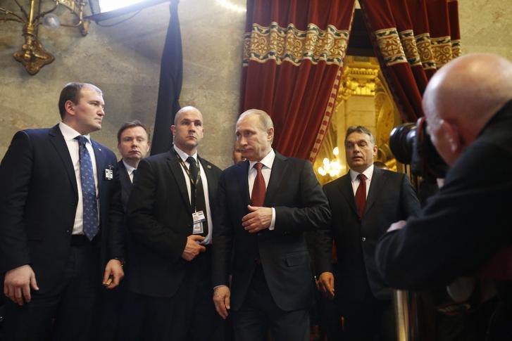 Egy találkozó, ami az adott pillanatban valószínűleg jobban kellett Putyinnak, mint a házigazda Orbán Viktornak. Budapesten új bejelentés nem volt, de Putyin egy EU-s országból szólíthatta fel Kijevet a szeparatistákkal frissen aláírt tűzszünet betartására, és üzenhetett az EU-nak, hogy a Déli Áramlat helyett tényleg megcsinálják a Török Áramlatot, Magyarország részvételével.
