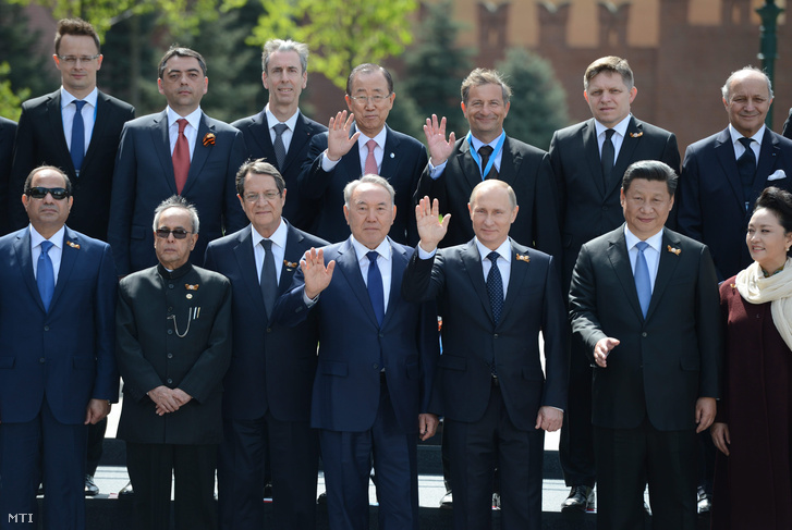 Ez az a fotó, amit Putyin biztosan nem ilyennek szeretett volna látni. A május 9-i győzelem napi ünnepségre a nyugati államok vezetői csak nagyköveteiket küldték el. Az orosz elnöknek az egyetlen komoly játékos Kína mellett a FÁK-országokkal kellett beérnie.