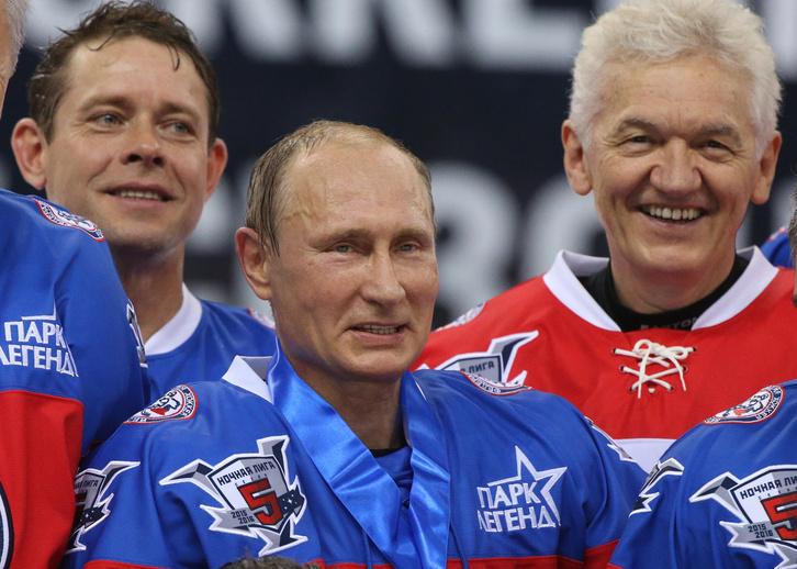 Amit nem oldottak meg Ovecskinék a prágai döntőben, azt elvégezte a 63 éves Putyin a születésnapján. A bulimeccsen – ahol az orosz olaj exportjából milliárdossá lett ismerőse, Gennagyij Tyimcsenko is megjelent – az elnök lőtt egy halom gólt.
