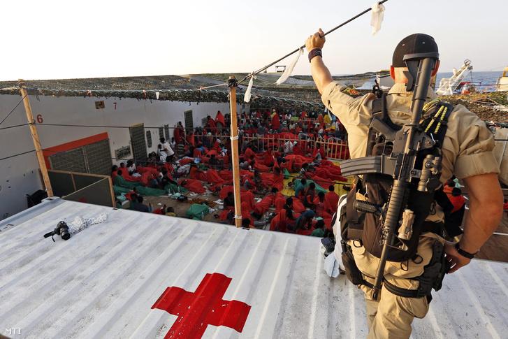 Egy norvég rendőr a norvég Siem Pilot hajó fedélzetén 2015. szeptember 2-án. A Siem Pilot több száz a Földközi-tengerből több mentőakció során kimentett migránst szállít az olaszországi Cagliari kikötőjébe.