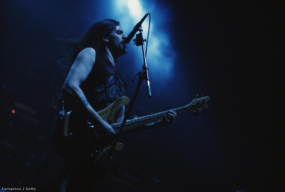 1991-ben jelent meg a Motörhead 1916 című lemeze, amin olyan örökérvényű rock 'n' roll himnuszok vannak, mint a Going to Brazil vagy a Ramones számára írt R.A.M.O.N.E.S., amit a legendás punkzenekar gyakran játszott, sokszor Lemmy vendégszereplésével. A lemezmegjelenést követően intenzív világ körüli turnéba kezdtek, ami érintette Amerikán kívül Japánt, Új-Zélandot és  Európát is. A kép a turné egyik állomásának készült.
