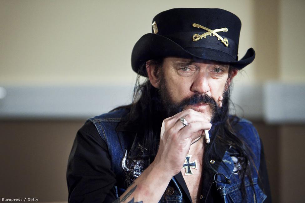 Az első közeli képek egyike, amiről sejteni lehetett, hogy Lemmy szervezete már nem pompázik régi fényében és a végigmulatott évek megkezdték a vám beszedését. Sokan már ekkor halálhírét keltették, de Lemmy még halála előtti hónapokban is magabiztosan nyilatkozott 2016-os terveiről és rendszerint kikérte magának, amikor a sajtó az egészségéről cikkezett.