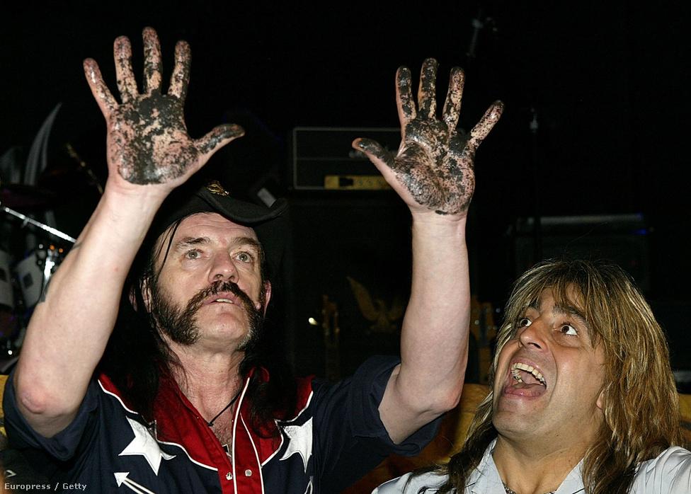 Lemmy kézlenyomatának megőrökítése után a Whiskey a Go-Go nevü legendás hollywoodi klub RockWalk emlékművénél 2003-ben. A képen jobbra a Mikkey Dee, a Motörhead dobosa, akit King Diamond zenekarából csábított maga mellé Lemmy, miután Philty Animal és Pete Gill is kivált a zenekaróból. Mickey Dee 1992-től egészen napjainkig játszott a Motörhead dobosaként.