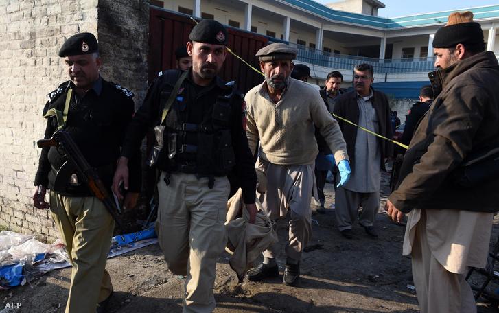 Pakisztáni biztonsági erők tagjai a merénylet helyszínén, Mardan városban, 2015. december 29-én.