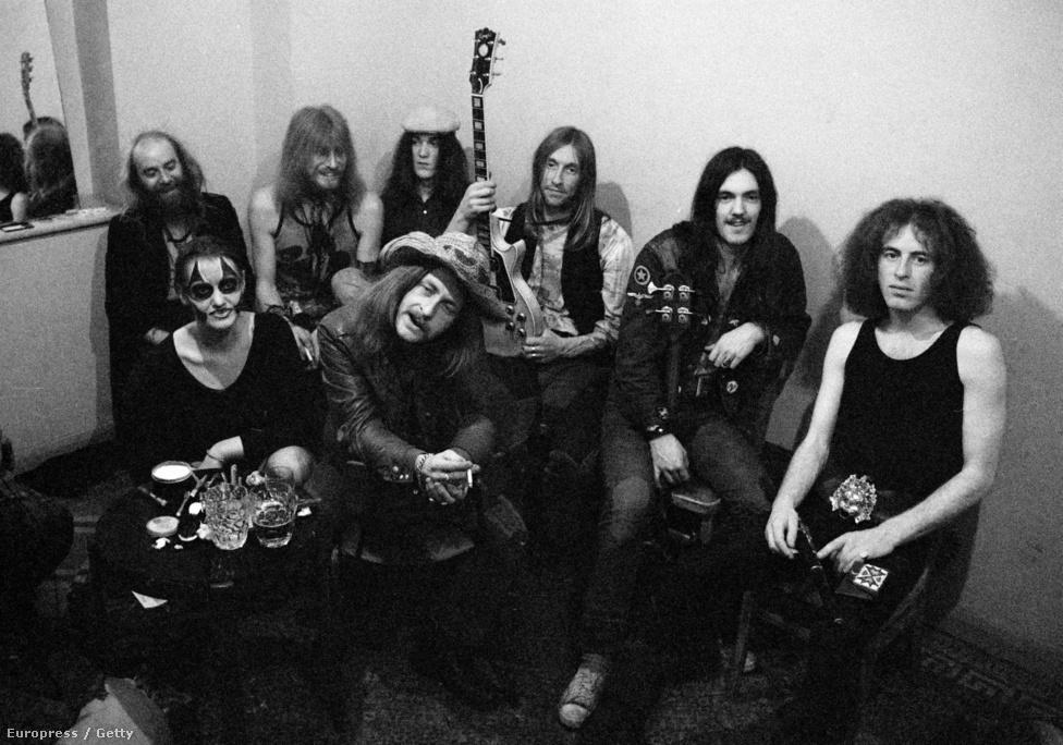 Lemmy 1972 áprilisában egy bristoli klub öltözőjében látható a Hawkwind tagjaként. Ebben a zenekarban használta először a Lemmy nevet és a basszusgitárt is. A zenekarba egy véletlen folytán érkezett úgy, hogy korábban basszusgitáron egyáltalán nem játszott. Előtte a polgári nevét, Ian Willis-t használta és a Sam Gopal énekes-gitárosa volt.
