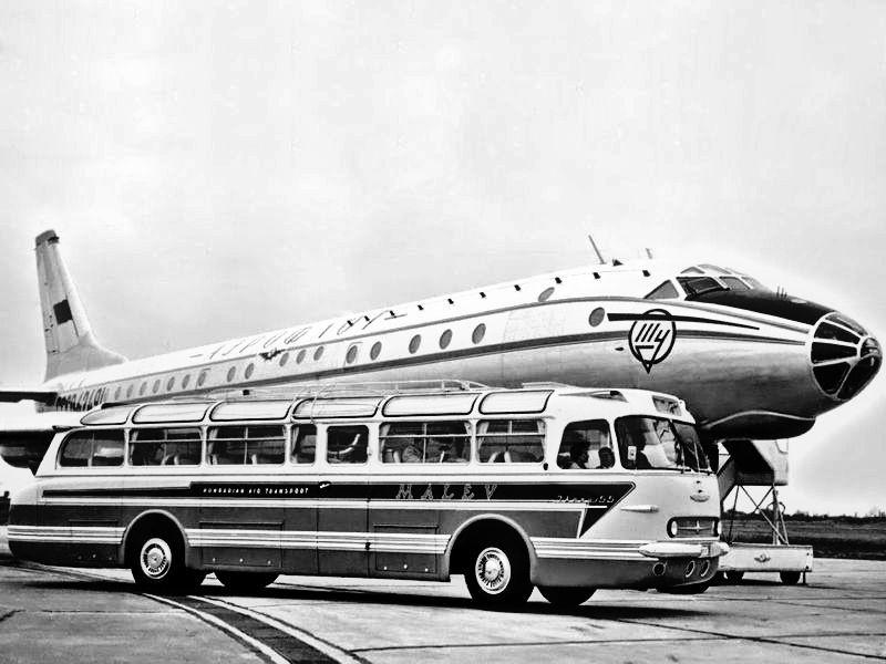 MALÉV-tulajdonú Ikarus 55-ös egy Tu-104-es társaságában. A gyári fotókon később is feltűnnek a repülőgépek, utalva a gyár repülőgépes múltjára és nevére