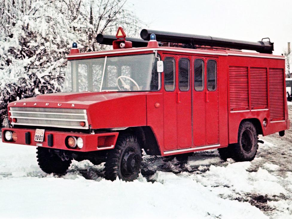 A székesfehérvári gyáregységben készült, a napjainkra kultuszjárművé vált Ikarus 526-os gépjárműfecskendő, amelynek a formatervét vélhetően nem Finta László készítette. A hatvanas évek elején sok tűzoltóságon az akkor már igen elavult Csepel D-420 és D-350 teljesített szolgálatot. Ezért az Ikarus mérnökei 1964-ben a szintén nem fiatal, D-344-es alvázra építettek egy alumíniumkarosszériás, hét méter hosszú tűzoltósági járművet. A 2000 liter víz befogadására alkalmas fecskendőben kilenc tűzoltó foglalhatott helyet. A tűzoltóautót egy négyhengeres, 95 lóerős Csepel D-414 repítette a 82 kilométer per órás végsebességig