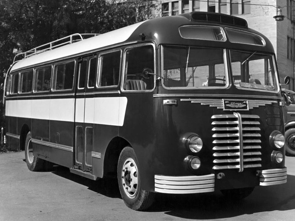 Az Ikarus 30-ast 1951-re fejlesztették ki. Ezeken a buszokon tűnt fel elsőként az Ikarus logó és felirat. Az első komolyabb exportsiker is ehhez a típushoz köthető, ugyanis Kínába 600 darabot szállítottak az önhordó karosszériás kisbuszból