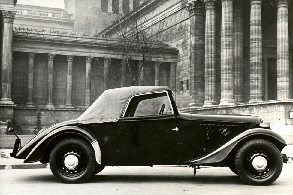 Az 1937-ben készült Adler-alvázas Cabriolet a műértők szerint a valaha készült legszebb magyar autó. Néhány évvel korábban Uhry Imre műhelye csődbe ment, de családi összefogással sikerült megmenteni a céget és megalapították az Uhri Testvérek Autókarosszéria- és Járműgyár Kft-t. (A család ekkoriban már az Uhri írásmódot használta, a végén i betűvel, nem ipszilonnal.)