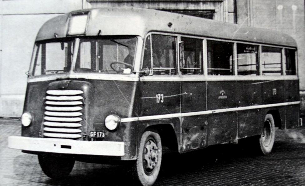 Az 1948-ban készült Tr 3.5-ös kisbuszt tekinthetjük az első Ikarusnak, hiszen épp ebben az évben kezdődött a mátyásföldi gyár államosítása. Kifejlesztését a gazdasági nehézségek gyorsították, ugyanis nem volt olyan alváz, amire autóbuszokat lehetett volna építeni. Ezért a mérnökök egy olyan vázépítési konstrukciót alkalmaztak, amit addig soha: a Tr 3.5-ös lett a világ első önhordó karosszériás autóbusza