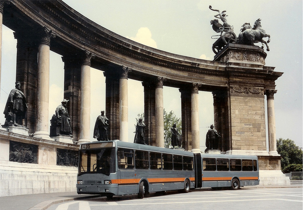 Az Ikarus 435-öst Kumor Gyula tervei alapján építették és az 1985-ös BNV-n mutatták be. A 400-as család már közel sem tudott olyan karriert befutni, mint az előd 200-as széria: alig 3000 darab készült a sorozatból