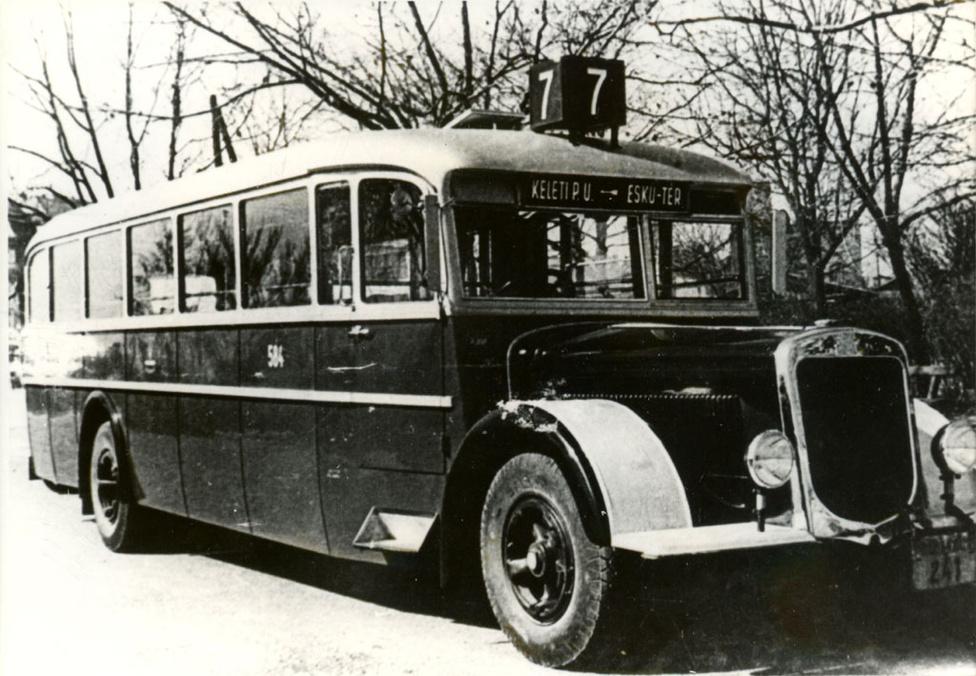 Az első teljes egészében fémkarosszériás autóbusz 1936-ban készült MÁVAG N26/36 alvázra. Ekkora az Uhri Testvérek ekkor már áttértek a fémkarosszériák gyártására. Ettől az évtől kezdték meg, hazánkban egyedülálló módon, méretarányos makettek készítésével modellezni a nagyobb szériában gyártandó típusokat